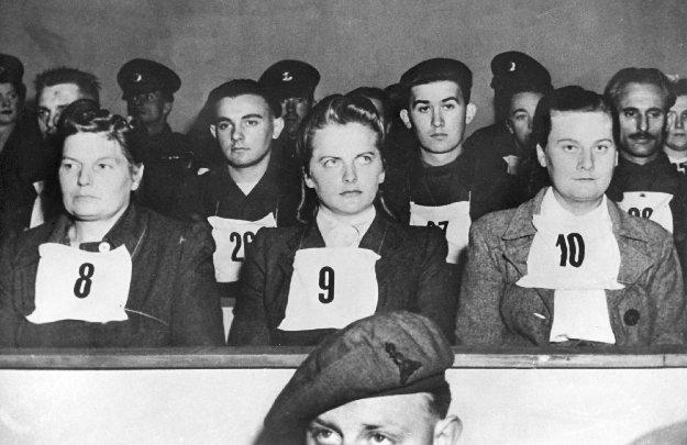 Irma Grese (z numerem 9 na sszyi) w czasie procesu (domena publiczna)