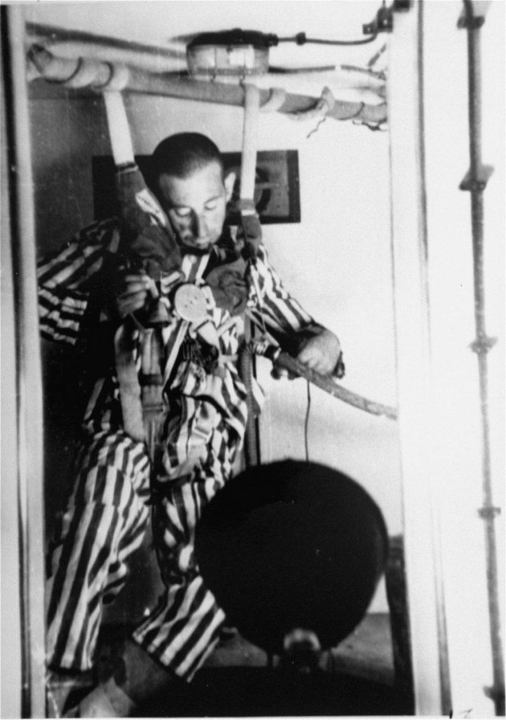 Jeden z więźniów Dachau podczas eksperymentów w komorze ciśnieniowej (domena publiczna).