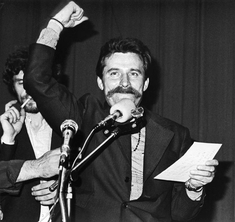 Lech Wałęsa przez kilka godzin nie wpuszczał do mieszkania milicjantów, którzy mieli go internować (Giedymin Jabłoński/CC BY-SA 3.0 pl).