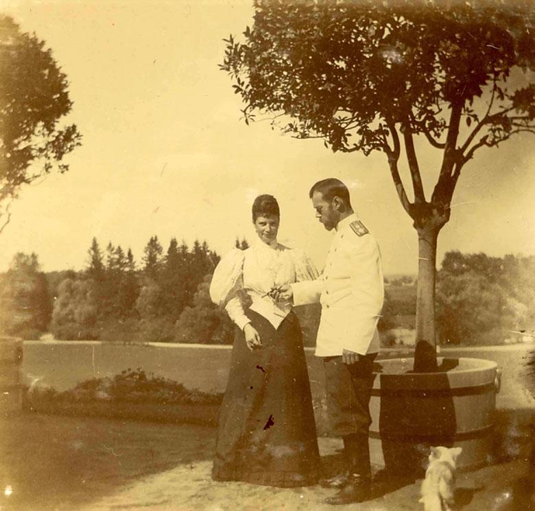 Maria Romanowa z synem Mikołajem II. Rok 1896.