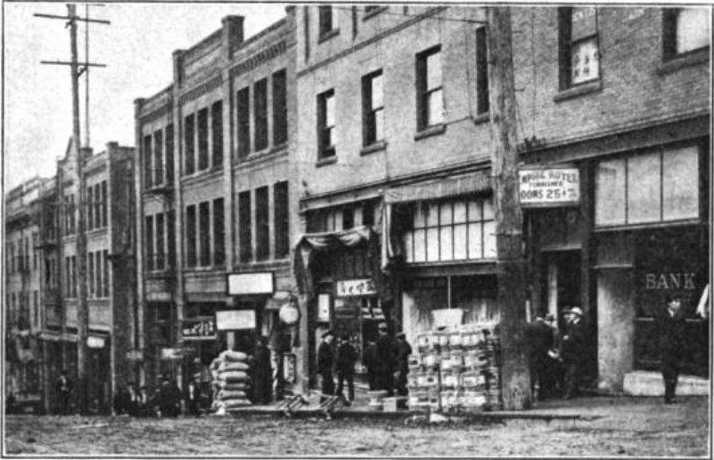 Mieszkańcy Zachodniego Wybrzeża zdecydowanie nie darzyli sympatią Japończyków osiedlających się w USA. Na zdjęciu z 1909 roku jedna z ulic Japantown w Seattle (domena publiczna).