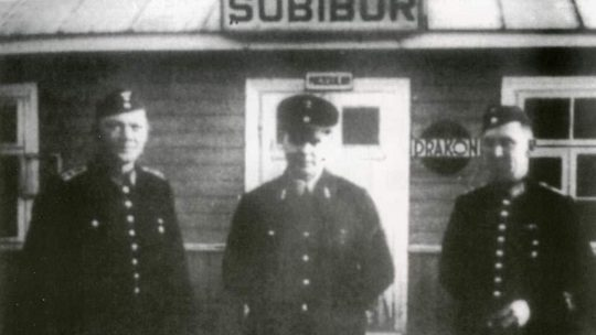 Niemieccy kolejarze przed budynkiem stacji Sobibór.