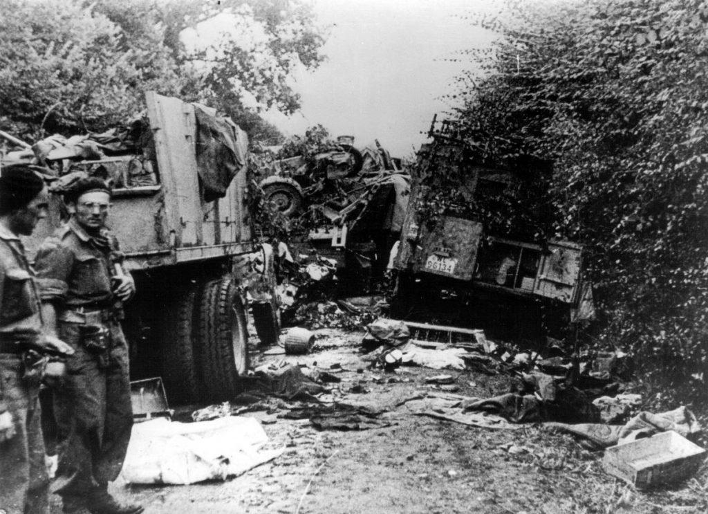 Niemiecka kolumna zniszczona przez 1. Dywizję Pancerną pod Falaise (domena publiczna).