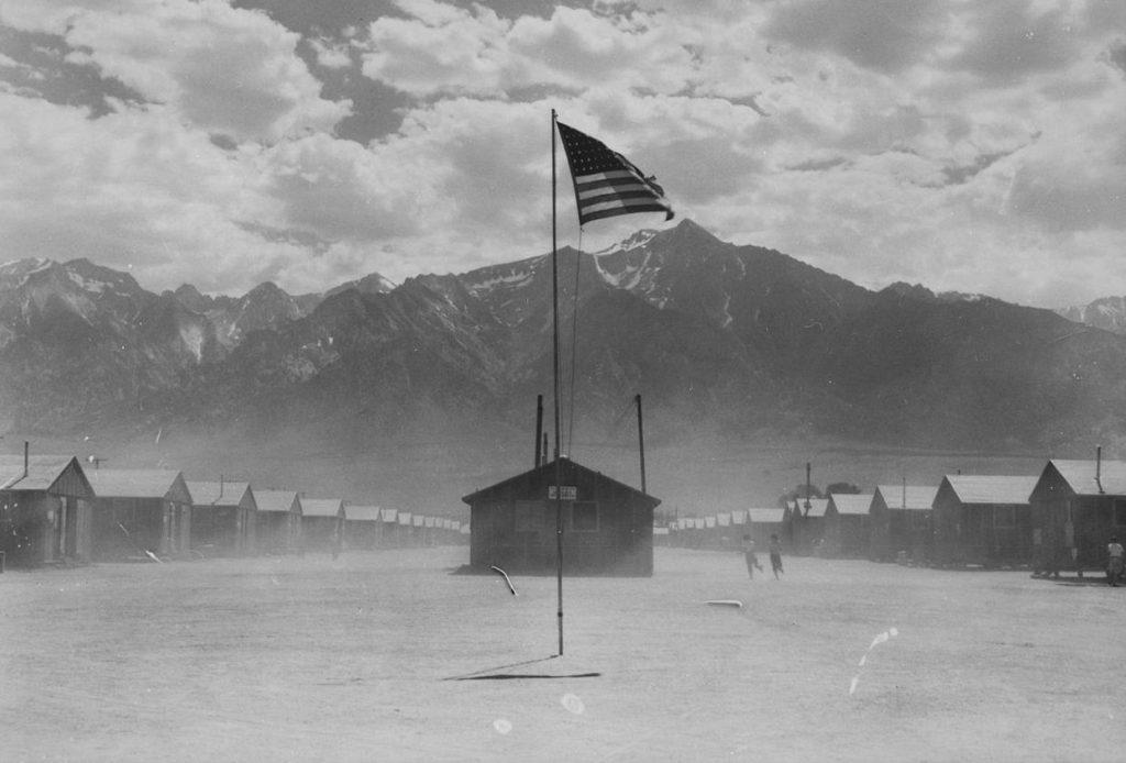 Przeznaczony dla osób o japońskich korzeniach obóz w Santa Anita na zdjęciu z kwietnia 1942 roku (domena publiczna).