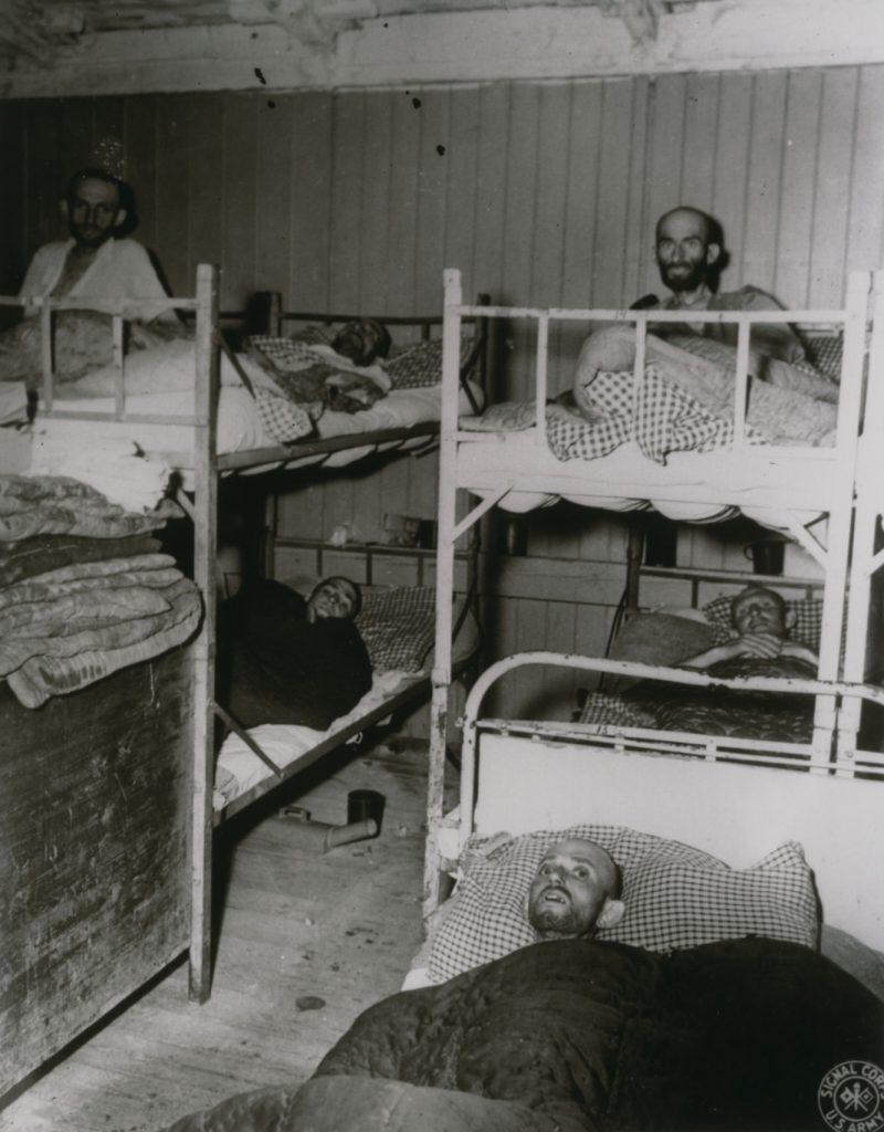 Ofiary pseudonaukowych eksperymentów w KL Buchenwald na zdjęciu wykonanym po wyzwoleniu obozu (domena publiczna).