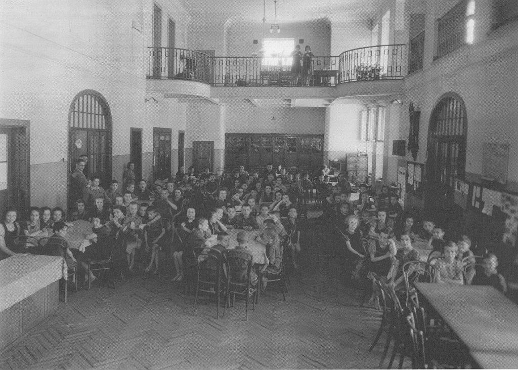 Podopieczni Domu Sierot na zdjęciu z 1940 roku (domena publiczna).