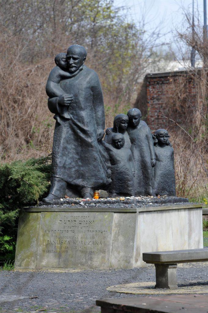 Pomnik Janusza Korczaka na cmentarzu żydowskim w Warszawie, na którym uwieczniono go, gdy prowadzi swoich podopoczenych na Umschlagplatz (Cezary Piwowarski/CC BY-SA 4.0).