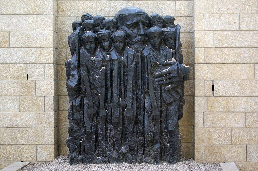 Pomnik Janusza Korczaka w Yad Vashem autorstwa Borisa Saktsiera (Berthold Werner/domena publiczna).