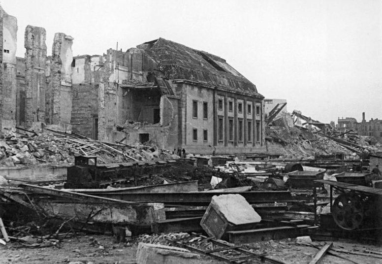 Ruiny Kancelarii Rzeszy. To w jednym z jej pomieszczeń znajdowały się oryginały maszynopisu Dzienników (Bundesarchiv/Schmidtke/CC-BY-SA 3.0).