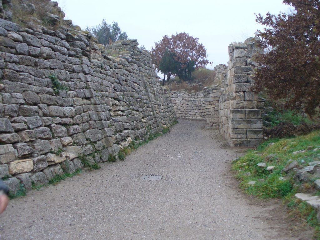 Ruiny murów Troi  (QuartierLatin1968/CC BY-SA 2.0).
