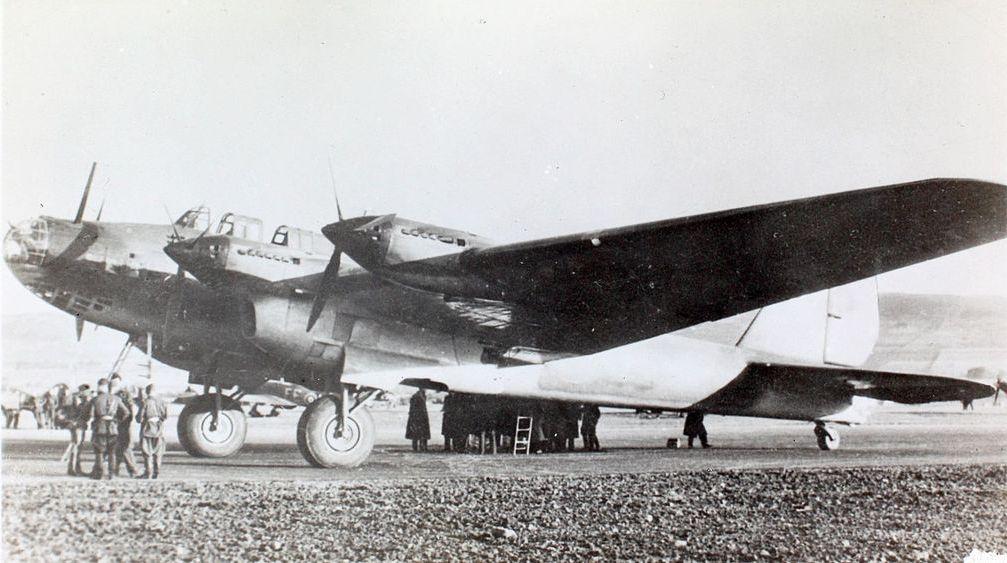 Sowiecki bombowiec Pe-8. To między innymi takich maszyn używano do bombardowania Warszawy (domena publiczna).