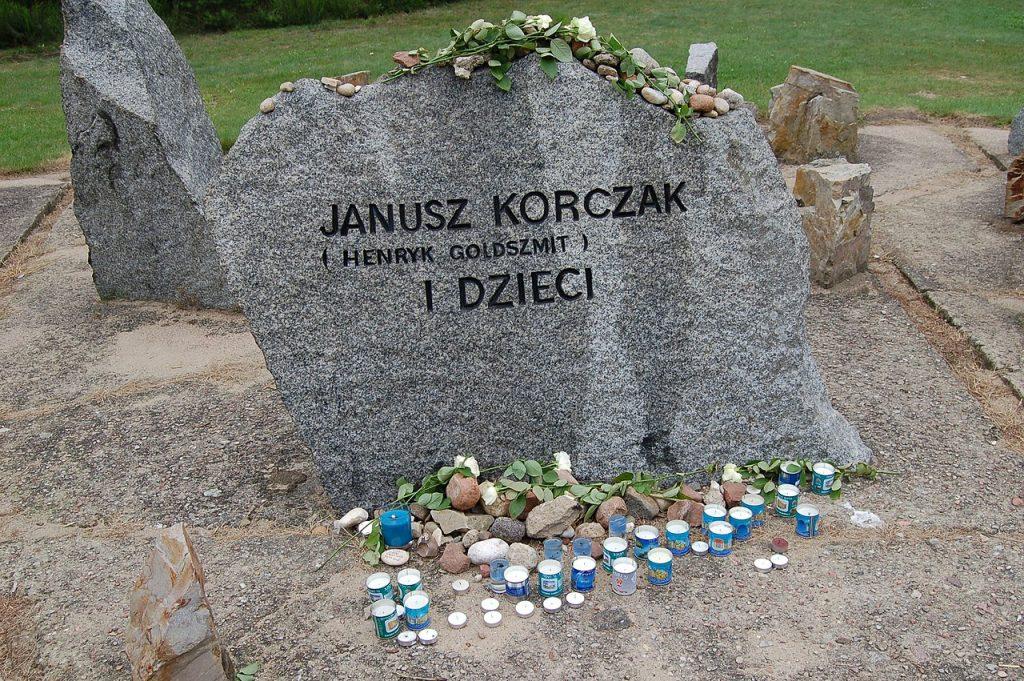 Symboliczny grób Janusza Korczaka na terenie niemieckiego obozu zagłady w Treblince (Tajchman Maria/CC BY-SA 4.0).