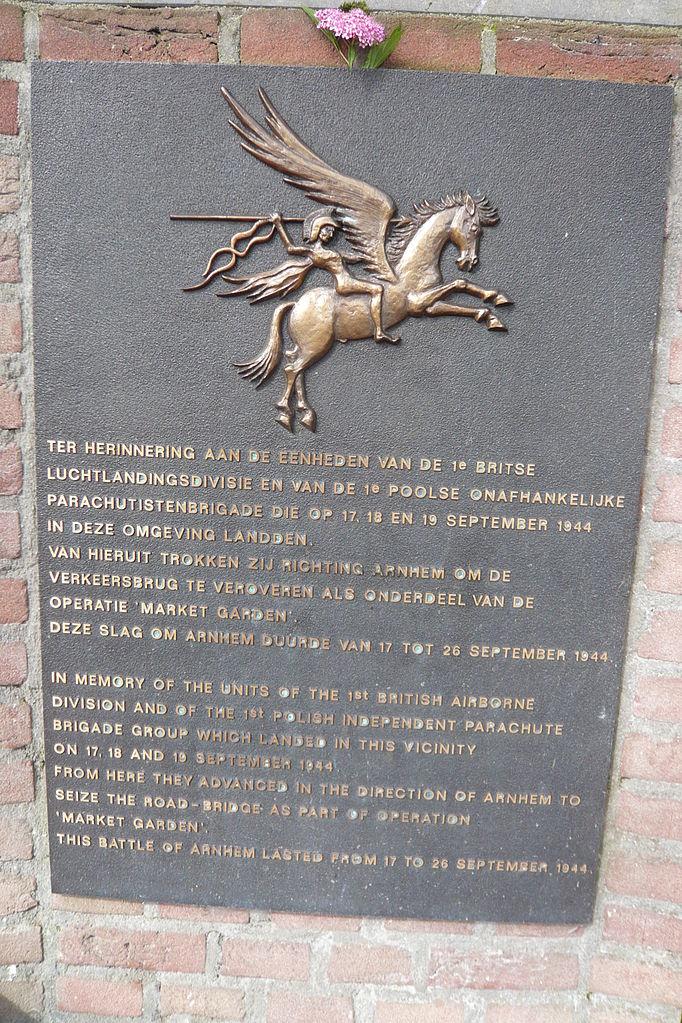 Tablica upamiętniająca brytyjskich i polskich spadochorniarzy w holenderskim Wolfheze (Jane023/CC BY-SA 3.0).