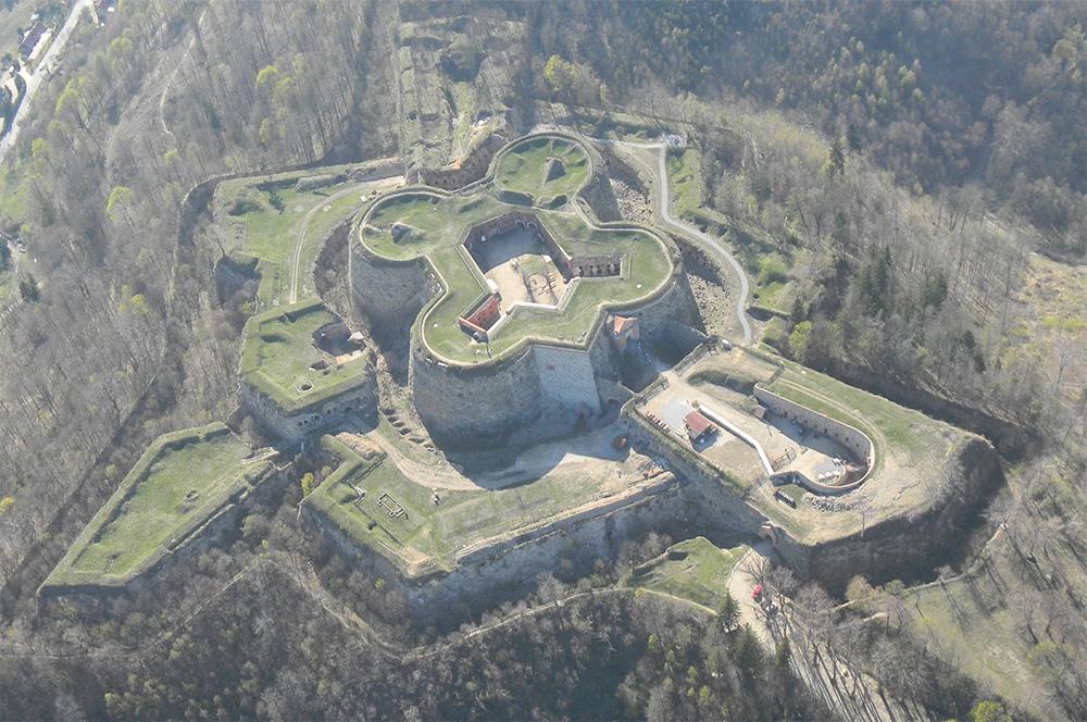 Twierdza Srebrna Góra. Widok z powietrza (fot Tomekziel, lic. CC-BY-SA 4,0).