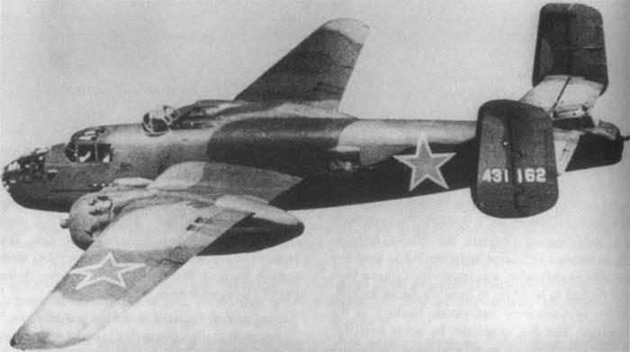"""W nalocie z 12 maja więziły udział równiez amerykańskie bombowce B-25 """"Mitchell"""" (domena publiczna)."""