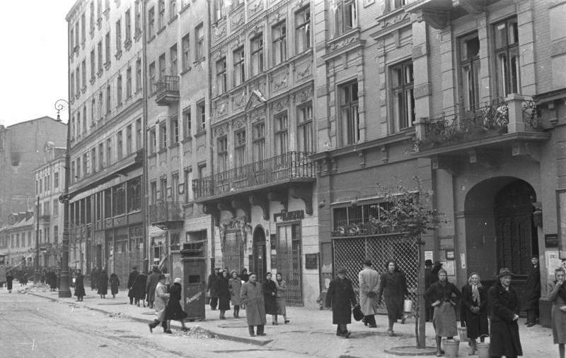 W trakcie sowieckich nalotów na Warszawę najbardziej cierpiała ludność cywilna. Zdjęcie poglądowe jednej z warszawskich ulic z okresu okupacji (Bundesarchiv/Heinz Rutkowski/ CC-BY-SA 3.0).