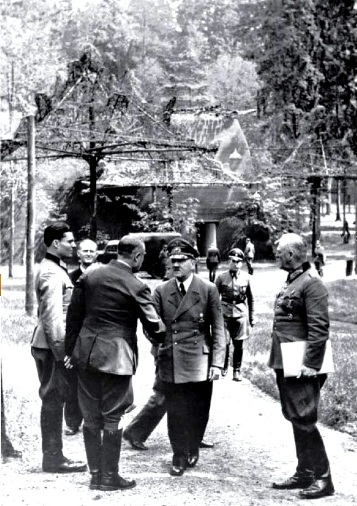 Zdjęcie wykonane 15 lipca 1944 roku w Wilczym Szańcu. Pierwszy od lewej Claus von Stauffenberg (Bundesarchiv/CC-BY-SA 3.0).