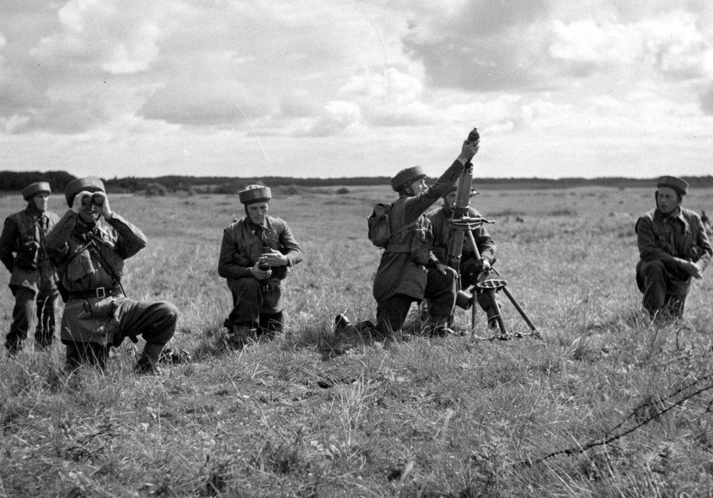 Żołnierze 1. Samodzielnej Brygady Spadochronowej w trakcie ćwiczeń (domena publiczna).