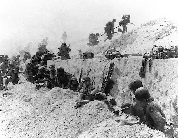 Amerykańscy żołnierze na plaży Utah (domena publiczna).