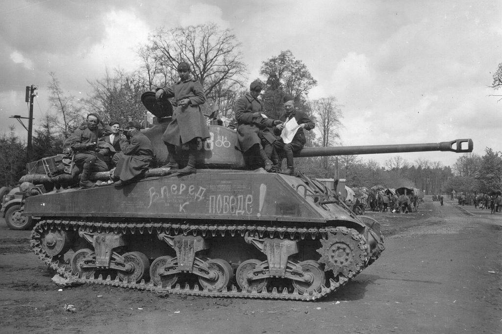 Amerykański sherman przekazany Sowietom w ramach Lend-Lease. Zdjęcie z maja 1945 roku (domena publiczna).