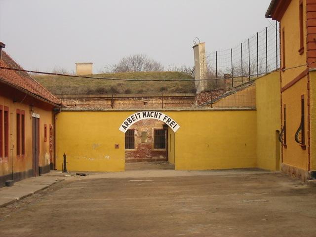 Brama wejściowa do obozu Theresienstadt (Colm Rice/CC BY-SA 3.0).