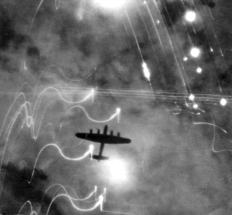 Brytyjski bombowiec Avro Lancaster nad Hamburgiem (domena publiczna).