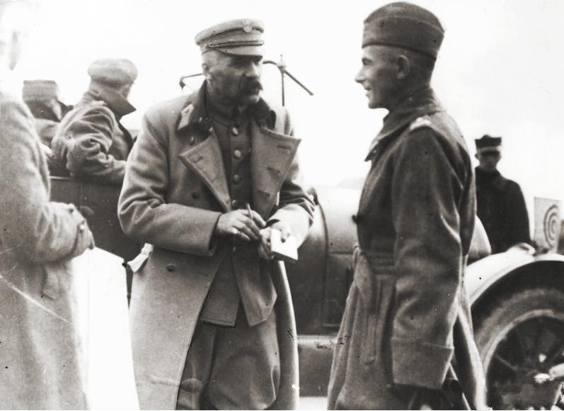 Edward Śmigły-Rydz i Józef Piłsudski na zdjęciu wykonanym w 1920 roku (domena publiczna).