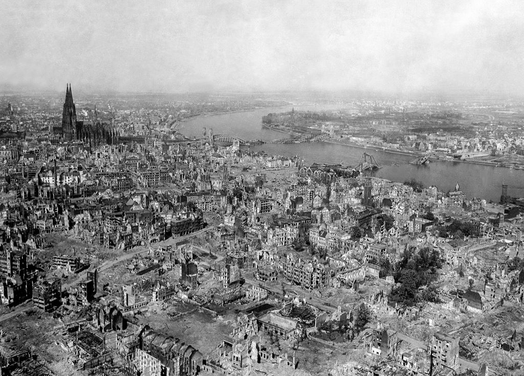 Ruiny Kolonii na zdjęciu wykonanym 24 kwietnia 1945 roku (domena publiczna).