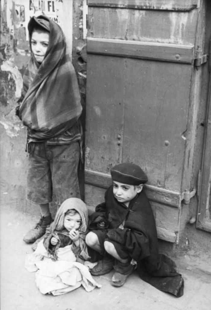 Głodujące dzieci z warszawskiego getta (Bundesarchiv/Albert Cusian/CC-BY-SA 3.0).