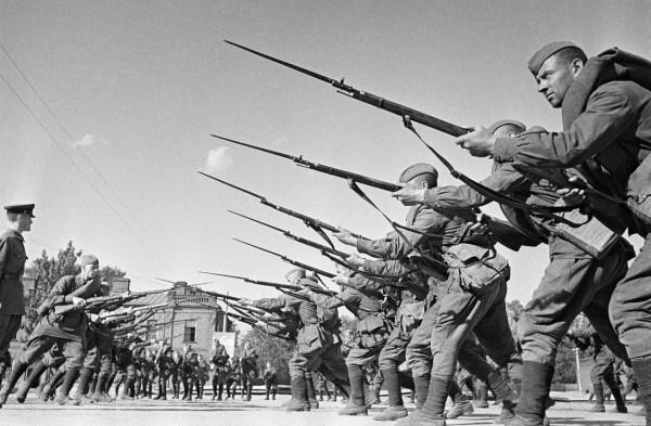 Główne uderzenie Armii Czerowonej miało pójść w kierunku południowo-zachodnim. Na zdjęciu z 1941 roku szkolenie krasnoarmiejców (RIA Novosti archive/Anatolij Garanin/CC-BY-SA 3.0).