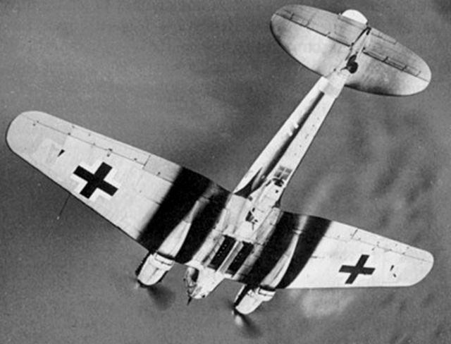 Heinkel He-111 na zdjęciu wykonanym podczas bitwy o Anglię (domena publiczna).