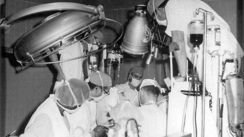 James D. Hardy z zespołem chirurgów. Pierwszy przeszczep serca.