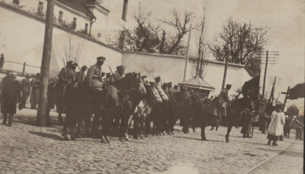 Jeden ze szwadronów 7 Pułku Ułanów na zdjęciu z 1918 roku (domena publiczna).