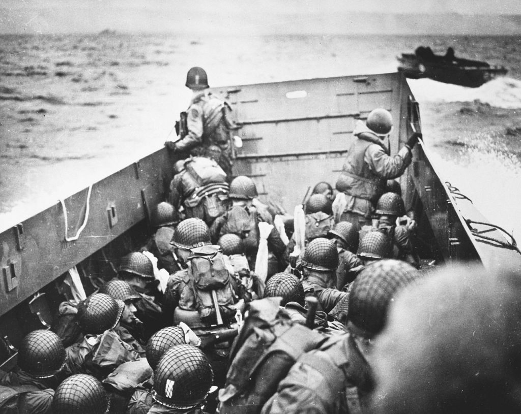 """Jedna z amerykańskich barek desantowych zmierzających w kierunku plaży """"Omaha"""" (domena publiczna)."""