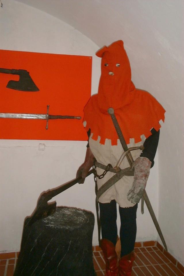 Kaci często rekrutowali się ze środowiska przestępczego. Na zdjęciu figura kata z muzeum tortur w Żywcu (Merlin/CC BY-SA 3.0).
