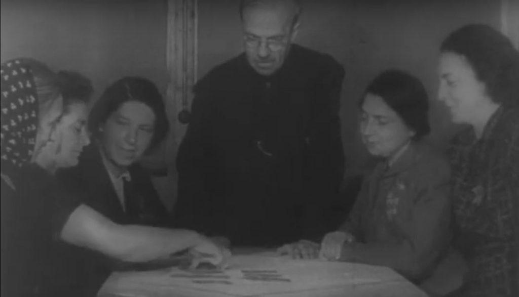 Kadr z niemieckiego filmu propagandowego nakręcono w Theresienstadt. Tutaj również Żydzi byli dobrze odżywieni i schludnie ubrani. Prawda wyglądała jednak diametralnie inaczej.