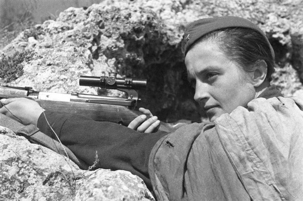 Historia Ludmiły Pawliczenko pełna jest sprzeczności. Powyżej zdjęcie propagandowe z 1942 roku (Izrael Ozerski/domena publiczna).