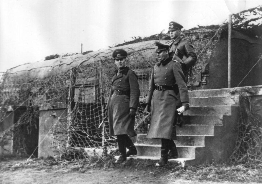 Marszałek Erwin Rommel podczas inspekcji umocnień Wału Atlantyckiego (domena publiczna).