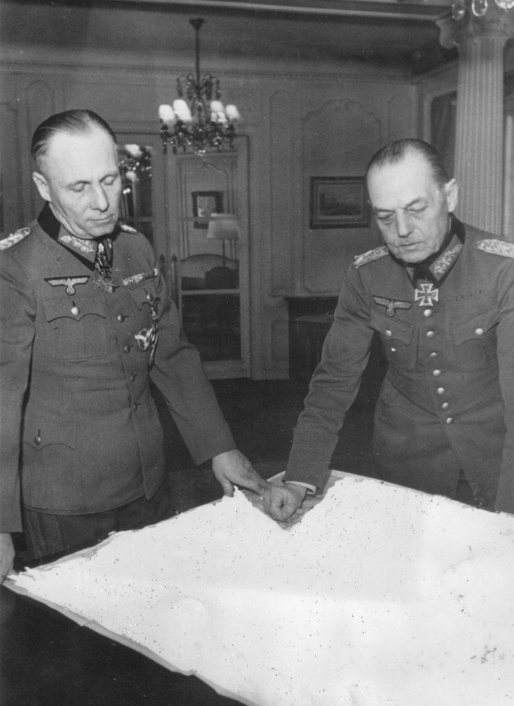 Marszałkowie Erwin Rommel (po lewej) i Gerd von Rundstedt na zdjęciu z pozątku 1944 roku (domena publiczna).