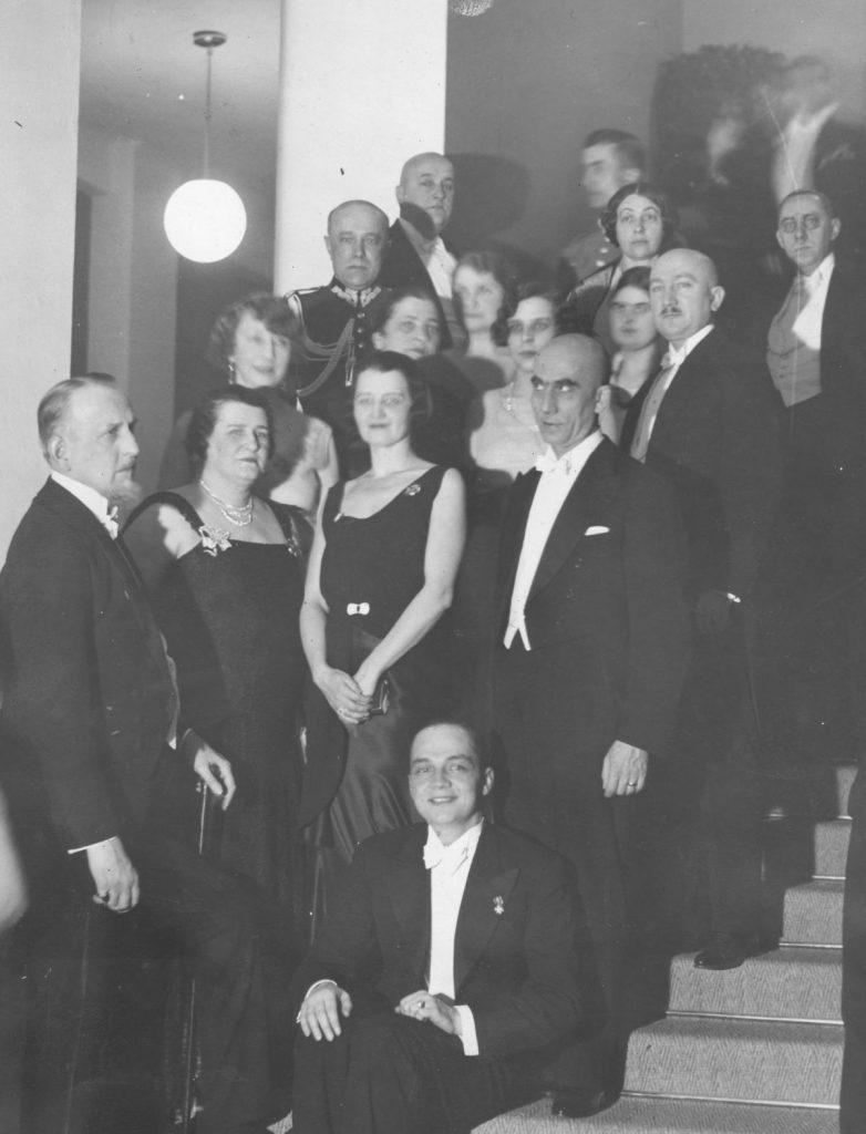 Marta Thomas-Zalewska na zdjęciu z 1932 roku. Stoi trzecia od lewej w pierwszym rzędzie (domena publiczna).