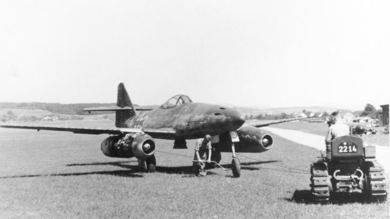"""Messerschmitt Me 262 """"Schwalbe"""" na zdjęciu z kwietnia 1945 roku (Bundesarchiv/CC-BY-SA 3.0)."""