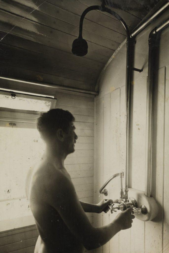 Mężczyzna biorący prysznic w wagonie kolejowym