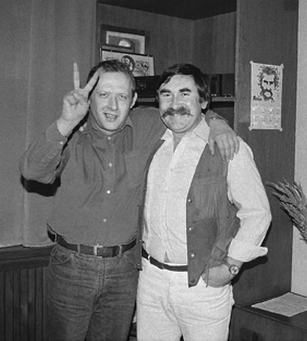 """Na liście osób prezentujących """"negatywne postawy polityczne"""" znalazł się między innymi Adam Michnik. Na zdjęciu z lat 80. wspólnie ze Stanisławem Remuszką (Agnieszka Remuszko/CC BY 3.0)."""