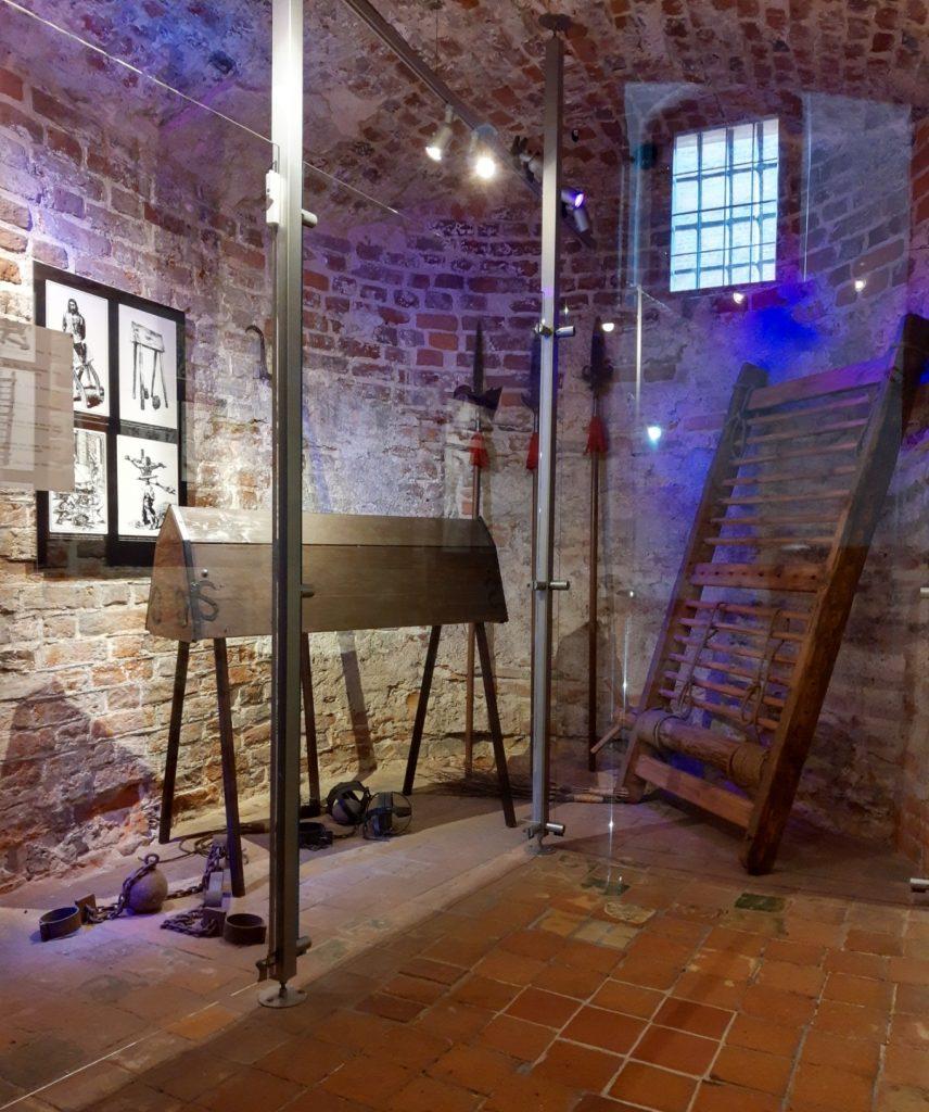 Narzędzia tortur wystawiane w gdańskiej Wieży Więziennej (RK/wielkahistoria.pl).