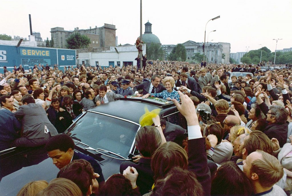 Nixon witany przez tłumy warszawiaków. Na zdjęciu widoczni również jego ochroniarze z Secret Service (domena publiczna).