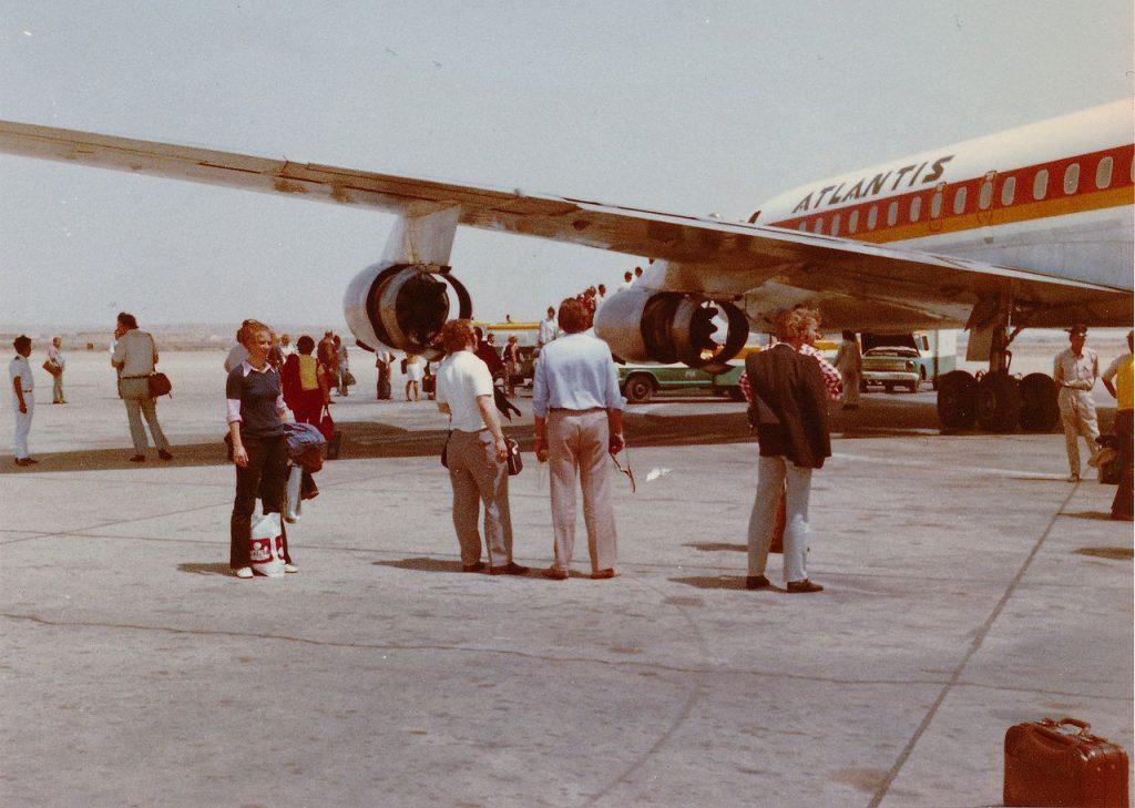Pasażerowie na płycie lotniska w Karaczi. Zdjęcie z początku lat 70. XX wieku. Ilustracja poglądowa (Oxfordian Kissuth/CC BY-SA 3.0).