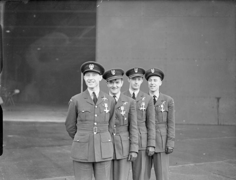 Piloci Dywizjonu 303 na zdjęciu wykonanym w grudniu 1940 roku po tym jak zostali odznaczeni Distinguished Flying Cross (domena publiczna).