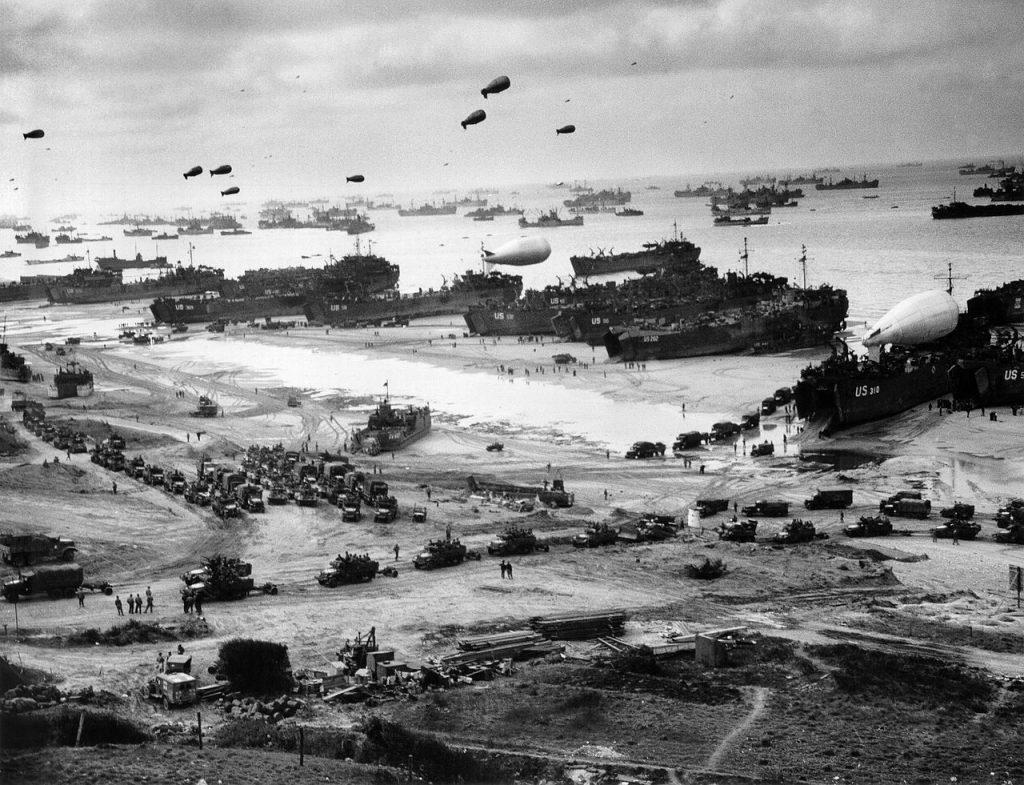 """Plaża """"Omaha"""" na zdjęciu z połowy czerwca 1944 roku (domena publiczna)."""