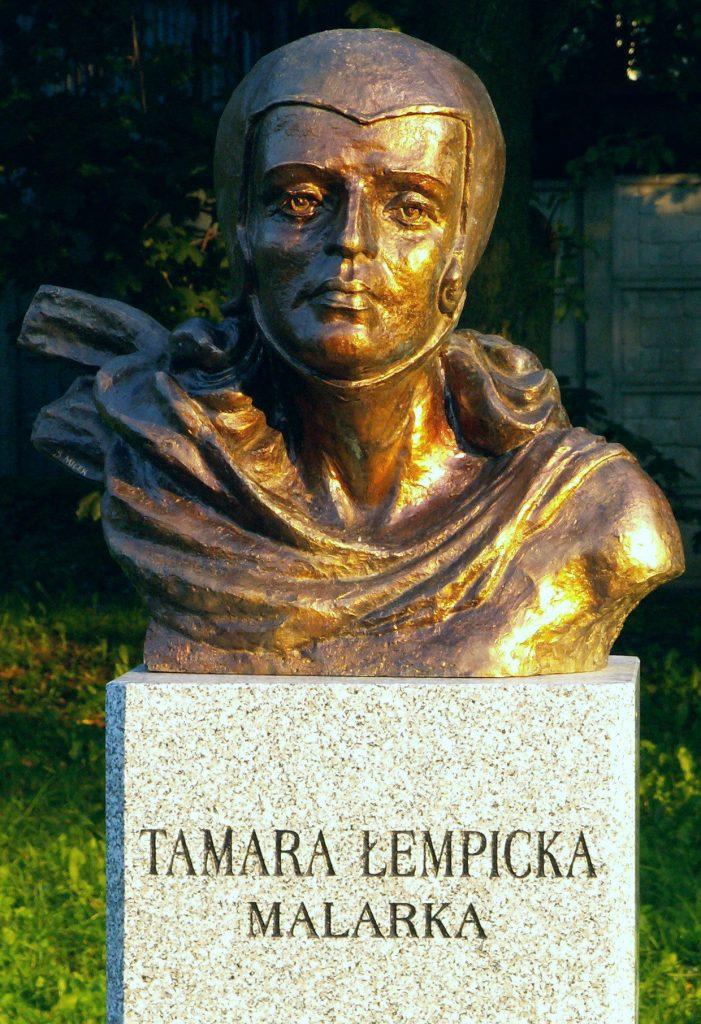 Tamara Łempicka tak naprawdę urodziła się w Moskwie. Na zdjęcie popiersie malarki autorstwa Sławomira Micka (Paweł Cieśla/CC BY-SA 3.0).