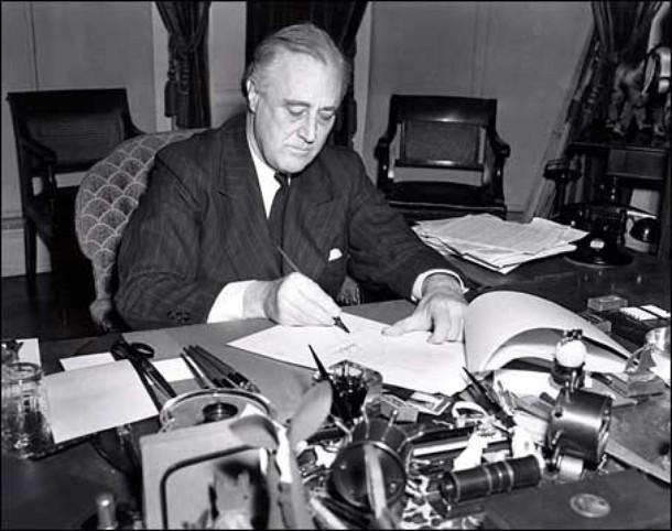Prezydent Franklin D. Roosevelt podpisujący ustawę Lend-Lease (domena publiczna).